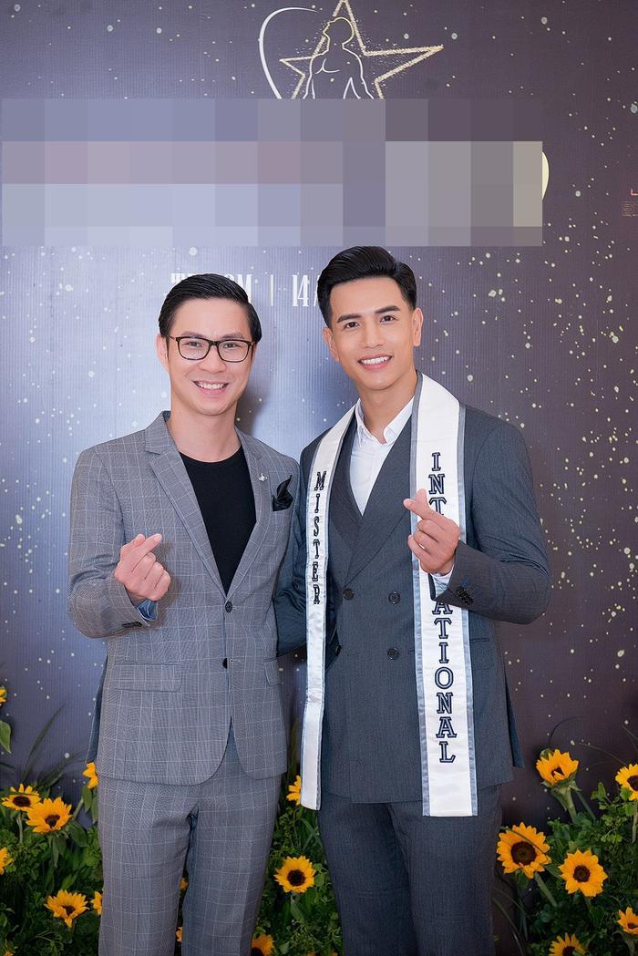 MC Anh Quân cũng đến chúc mừng Trịnh Bảo trong vai trò mới.
