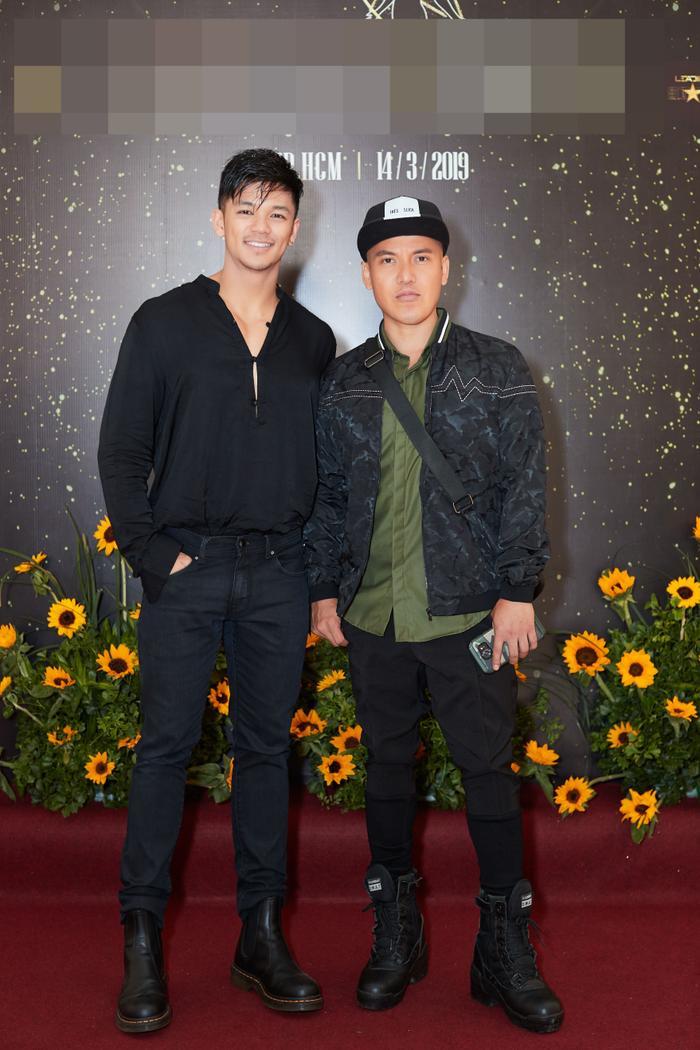 Trọng Hiếu Idol xuất hiện bảnh bao với cả cây đen chất ngầu, anh vui vẻ chụp ảnh cùng NTK Cory Dũng Trần.