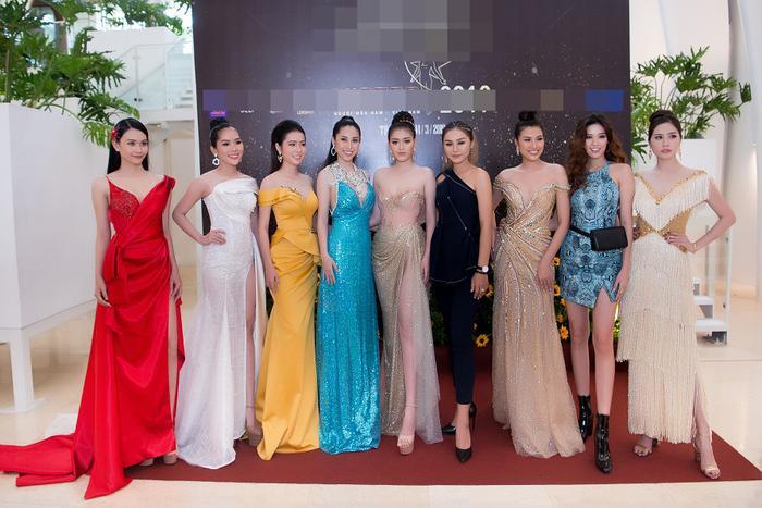 Dàn người đẹp cùng nhau xuất hiện trên thảm đỏ, đọ dáng trong những bộ váy lộng lẫy nhất.