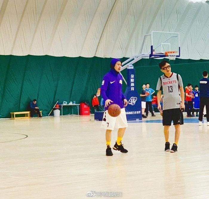 Hơn 1 năm rưỡi công khai yêu nhau, Quan Hiểu Đồng ngọt ngào khi chờ đợi bạn trai Lộc Hàm chơi bóng rổ cùng với Đặng Siêu ảnh 0