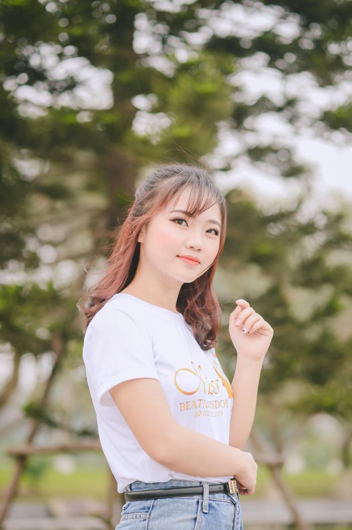 Thí sinh Văn Huyền Trang (MA08), sinh viên năm nhất với vẻ đẹp ngây thơ, trong trẻo.