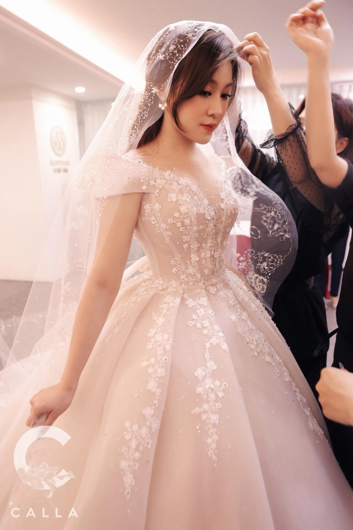 Trinh Hoàng như một nàng công chúa trong thiết kế lộng lẫy này