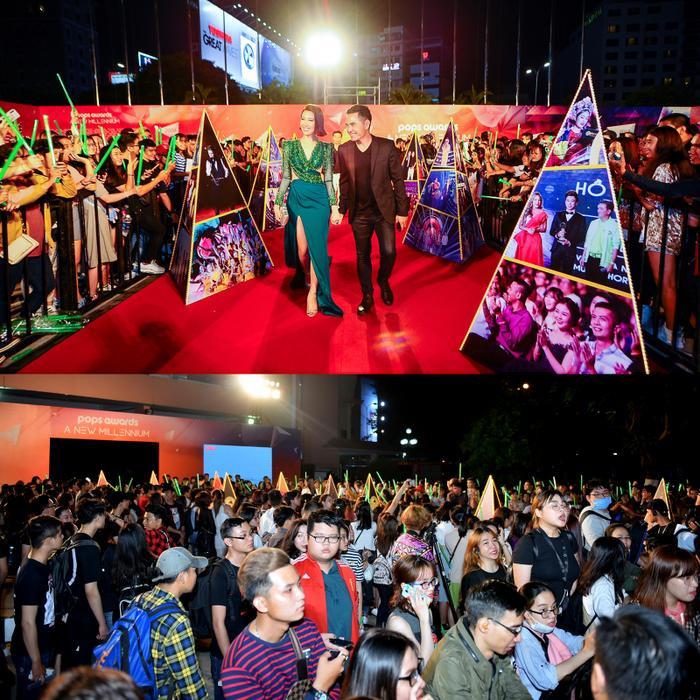 Hàng ngàn fan đã có mặt từ sớm, đứng sát hai bên thảm đỏ để chào đón thần tượng của mình.