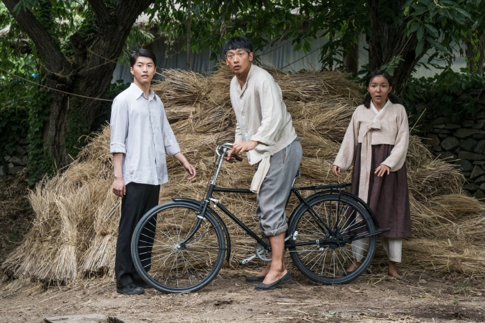 Um Bok Dong – một chàng trai chân chất đến từ vùng quê nghèo