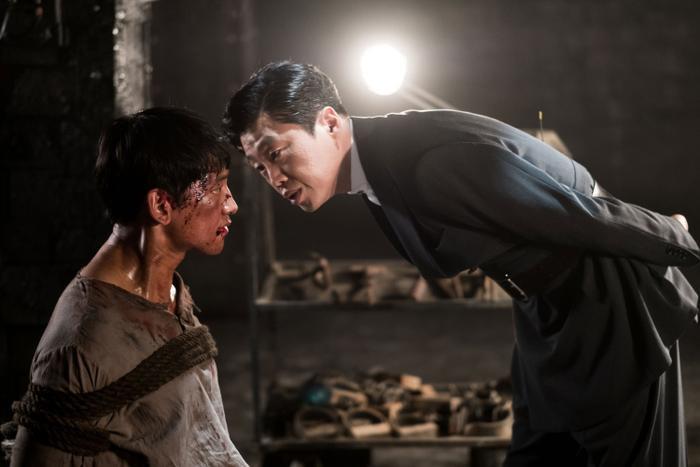 Không những phải chiến đấu trên đường đua, Um Bok Dong còn phải đương đầu với áp lực từ chính phủ Nhật Bản
