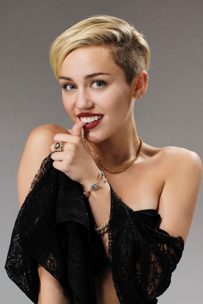 Miley Cyrus may mắn có 2 MV góp mặt trong top 100.