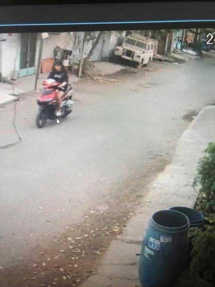 Mặc chủ nhà tung camera dắt trộm xe máy gần 50 triệu đồng, nữ sinh 2k3 vẫn ung dung đi chơi cùng bạn bè