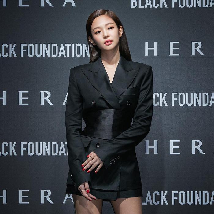 Jennie cực sang trọng và quyến rũ với mái tóc đen.