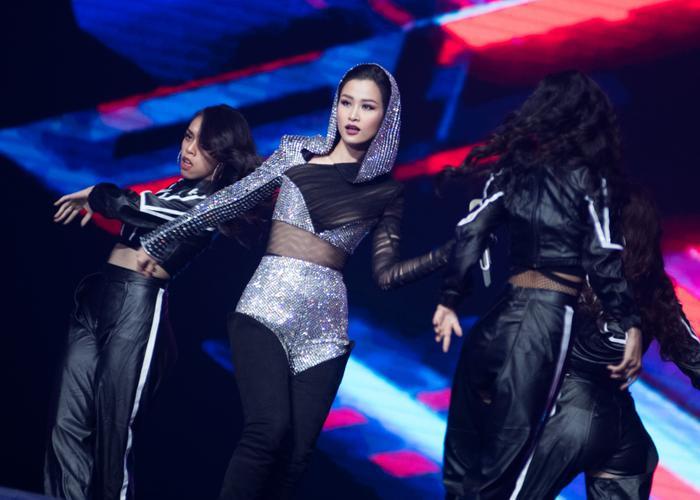 Đặc biệt, nữ ca sĩ còn gây ấn tượng mạnh với khán giả Indonesia và khiến nhiều fan Việt nức lòng khi thể hiện ca khúc này hoàn toàn bằng tiếng Anh.