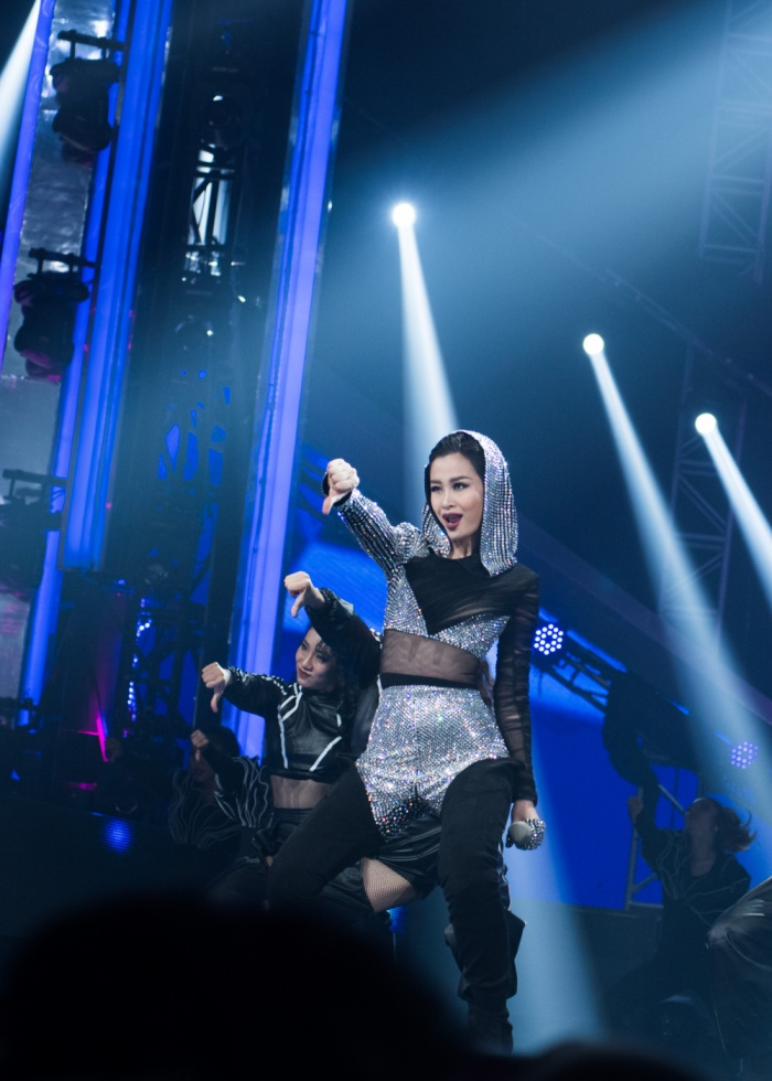 Phần trình diễn Bad boy bằng tiếng Anh của Đông Nhi đã nhận được nhiều tình cảm từ khán giả.