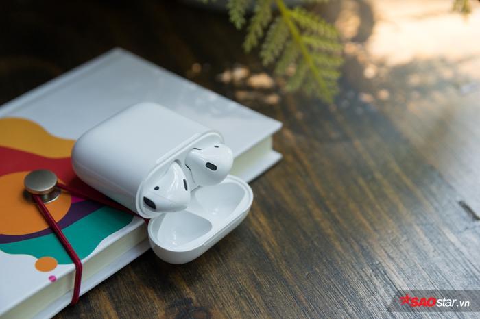 Apple AirPods 2 bao gồm hai tùy chọn: Phiên bản có sạc không dây với giá 199 USD và phiên bản sạc tiêu chuẩn với giá 159 USD, bằng mức giá thế hệ cũ.Đối với những khách hàng đang sở hữu AirPods đời đầu có nhu cầu trải nghiệm hộp sạc không dây thì có thể mua riêng phụ kiện này với giá 79 USD.
