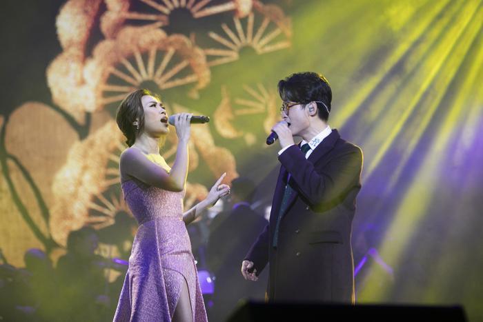 Hai nghệ sĩ song ca lời hát tuyệt vời cùng hành động cực kỳ thân thiết.