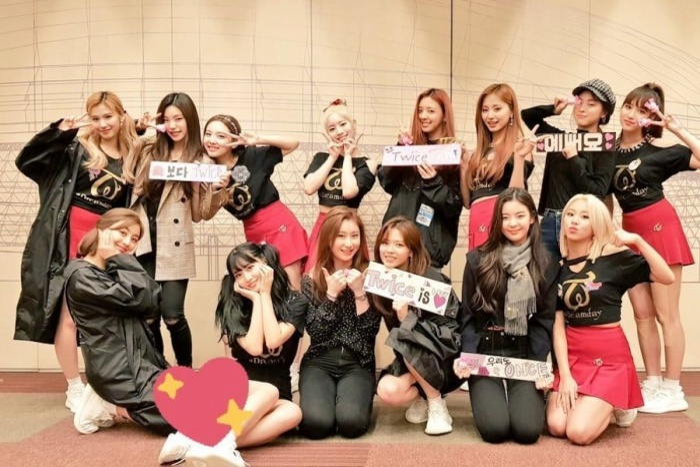 ITZY chụp ảnh cùng đàn chị Twice sau concert.