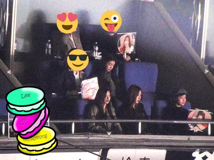 Các fan phát hiện ITZY tại hàng ghế khán giả.