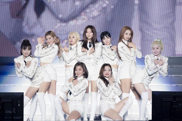 Nhóm Twice trong một sân khấu của concert.