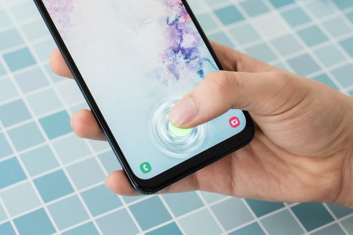 Galaxy A50 là chiếc điện thoại tầm trung đầu tiên trên thị trường sở hữu công nghệ quét vân tay dưới màn hình thời thượng.