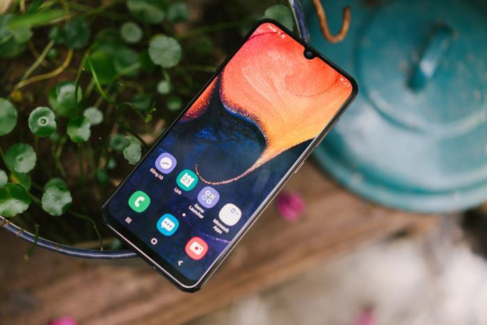 Thiết kế màn hình Infinity U giúp tối đa hóa trải nghiệm hiển thị. Galaxy A50 chỉ còn một chữ U nhỏ để chứa vừa đủ camera trước..