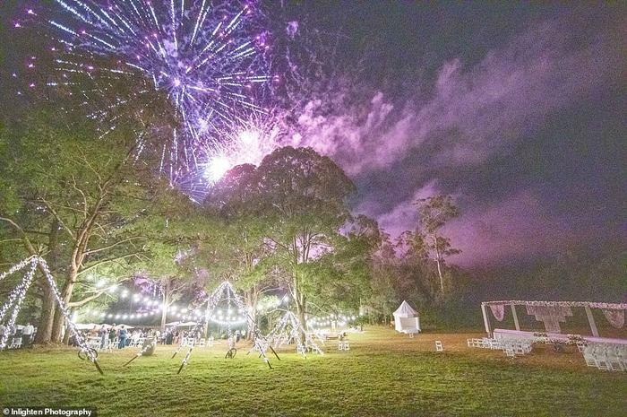 Màn pháo hoa hoành tráng kết thúc bữa tiệc cưới.