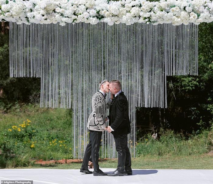Cặp đôi trao nhau nụ hôn ngọt ngào trước sự chứng kiến của quan khách.