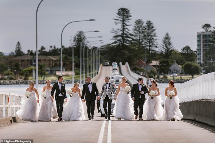 Cặp đôi và dàn phù dâu chụp ảnh trên cầuForster-Tuncurry.