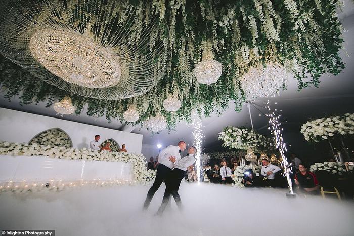 Cặp đôi nhảy trong bữa tiệc cưới.