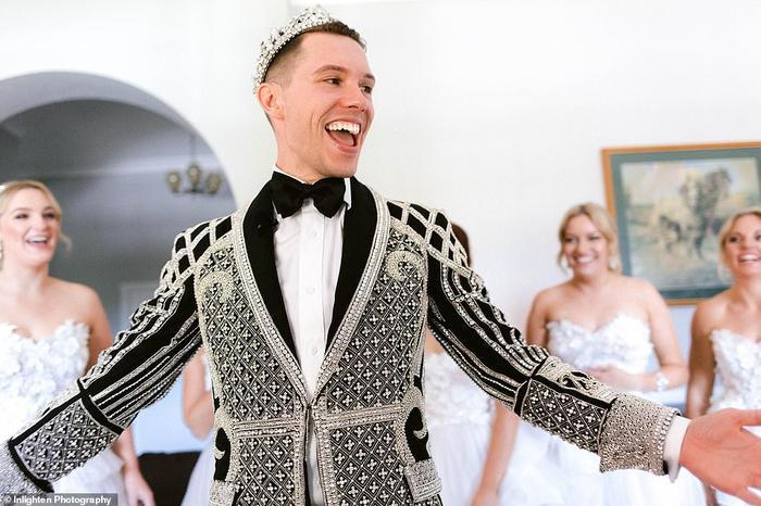 Cô dâuDamien trong trang phục cưới cùng chiếc vương miện trên đầu.