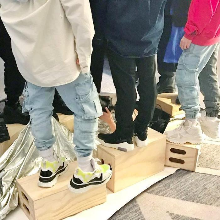 … trong khi đó các anh chàng BTS phải đứng trên hộp.