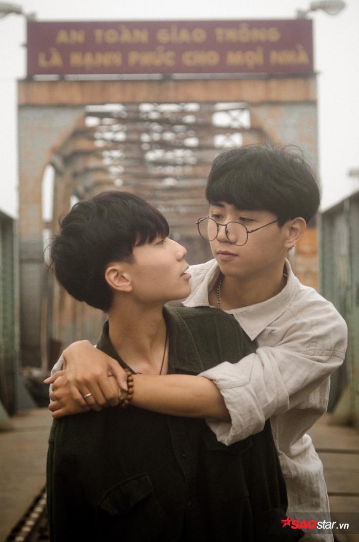 Cặp đôi đã có bộ ảnh ngọt ngào tại cầu Long Biên.