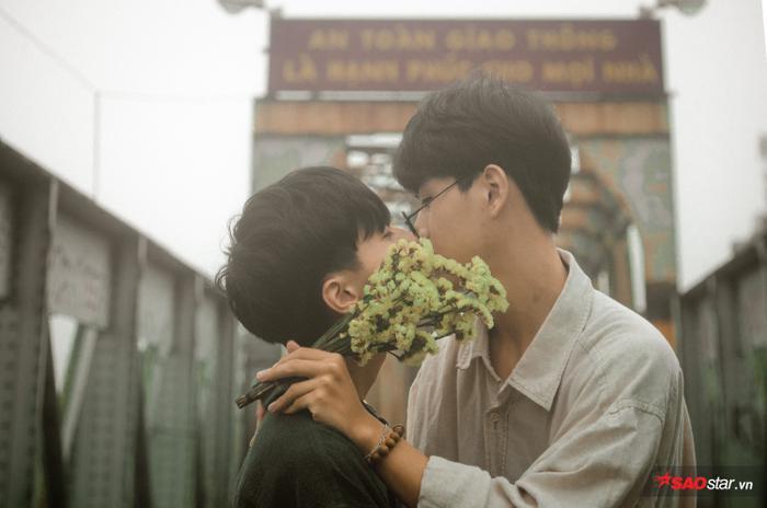 Trao nhau cái hôn nồng ấm.