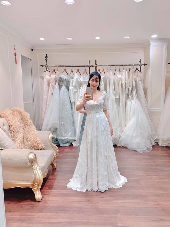 Ốc Thanh Vân diện váy cưới trắng tinh khôi.