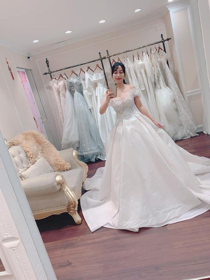 Khoác lên mình bộ váy cưới của 11 năm về trước, nữ diễn viên bày tỏ cô không giấu nổi vẻ nôn nao và háo hức.