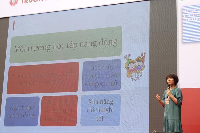TS. Phạm Thu Hương đã trả lời nhiều câu hỏi về hình thức xét tuyển kết hợp của trường năm 2019. Ảnh: Facebook