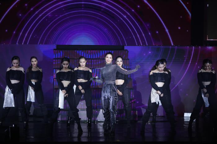 Đông Nhi xuất hiện trên sân khấu với một hình ảnh mạnh mẽ và đầy cá tính cùng với một không gian đường phố bụi bặm nữ ca sĩ mang đến ca khúc Đóng cửa then cài trám xi măng nằm trong album mới nhất vừa phát hành cuối năm ngoái.