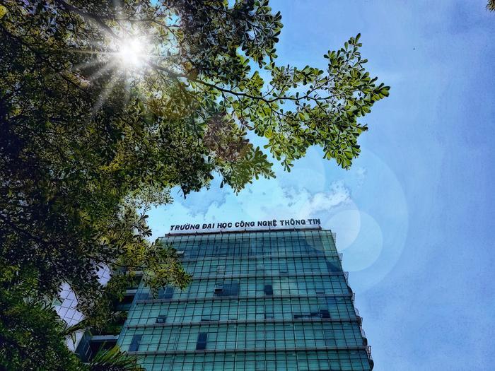 Bạn Nguyễn Lê Khoa đã chọn 1 góc thật đặc biệt để thể hiện tình yêu với ngôi trường Công Nghệ Thông Tin