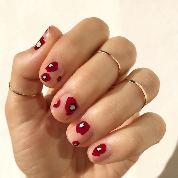 Hoa đỏ li ti đem đến màu sắc dịu dàng và nổi bật.