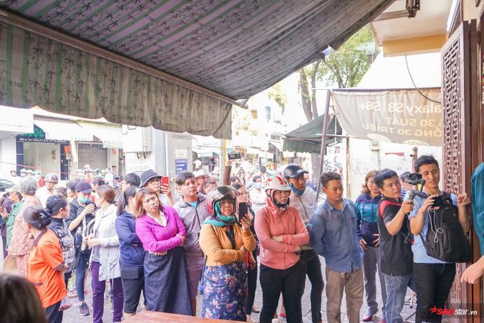 Tang lễ Anh Vũ: Thắt chặt an ninh, khán giả đội nắng đến viếng đông nghịt suốt 8 giờ liền
