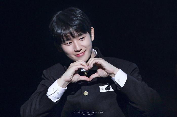 Jung Hae In khiến người hâm mộ ngạc nhiên với vẻ ngoài của anh trong bộ đồng phục retro ở tuổi 32 tuổi buổi họp fan gần đây.