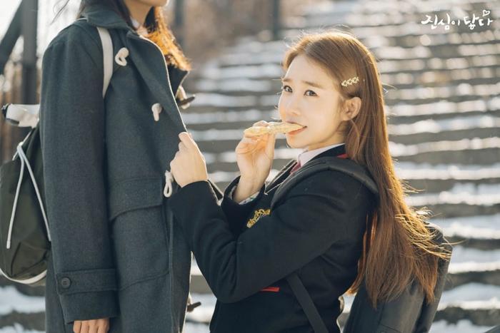 """Yoo In Na (36 tuổi) đã biến hóa thành cô nữ sinh trong sáng hồn nhiên của phim truyền hình """"Chạm vào tim em"""" đài tvN, phát hành năm 2019."""