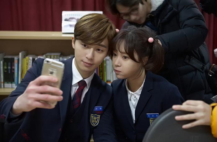"""Tạo hình học sinh của Hwang Jung Eum (34) và Park Seo Joon (30) trong """"""""Kill Me Heal Me"""". Jung Eum lúc đó tròn 30 còn Park Seo Joon mới 26 tuổi."""