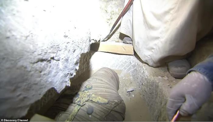 Bên trong quan tài tinh xảo là một xác ướp gần như nguyên vẹn của một vị đại tư tế.