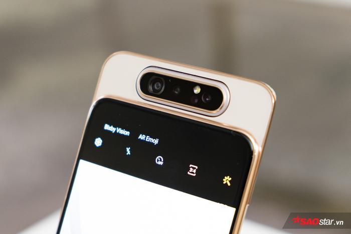 Nhờ cụm camera có thể xoay từ sau ra trước nên điều này sẽ giúp cho các bức ảnh selfie chụp đẹp tương tự các bức ảnh được chụp bằng camera sau.