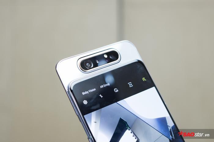 Theo đó, hệ thống camera của Galaxy A80 đã được thiết kế riêng biệt theo dạng trượt lên, có thể xoay 180 độ để vừa là camera chính phía sau, vừa là camera selfie trước. Camera này sẽ được bật xoay tự động khi người dùng cần sử dụng camera trước.
