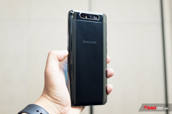 Về cấu hình, Samsung Galaxy A80 trang bị vi xử lý Qualcomm 7150, RAM 8 GB và bộ nhớ trong 128 GB cùng cảm biến vân tay trong màn hình.