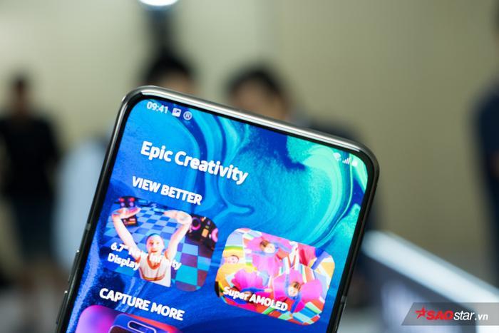 """Đáng chú ý, Galaxy A80 không hề có """"tai thỏ"""", """"giọt nước"""" hay camera selfie """"đục lỗ"""" vì Galaxy A80 không hề cần diện tích cho cụm camera trước. Bằng cách này, Samsung mang đến một trải nghiệm hình ảnh chưa từng có trên di động, hoàn toàn không có """"vật cản"""" cho phần nhìn của người dùng với các nội dung trên màn hình máy."""