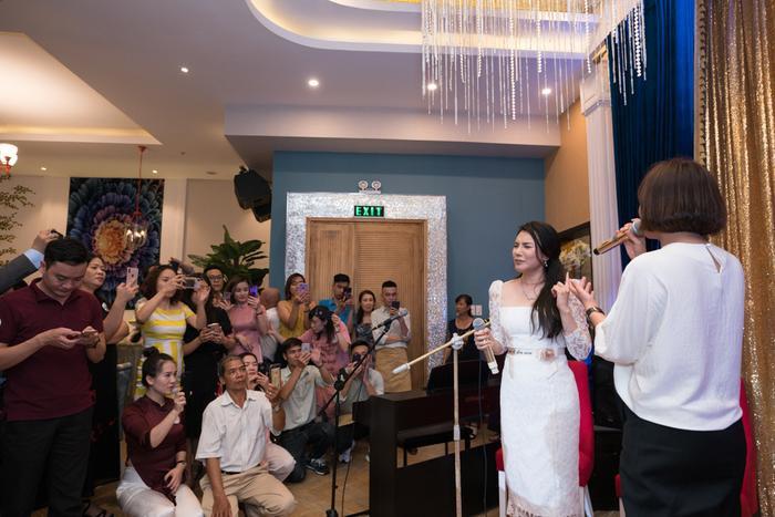 """Là ca khúc """"đỉnh"""" của đàn chị, nên khi được mời song ca, thoạt đầu Văn Mai Hương cũng có đôi chút rụt rè."""