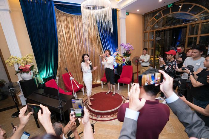 Khoảnh khắc thân thiện khi nữ ca sĩ đất Quảng Ninh đi chân trần lên sân khấu, mời Văn Mai Hương cùng hát với mình.