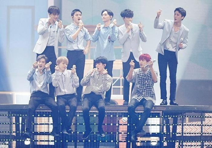 9 thành viên nhóm EXO.