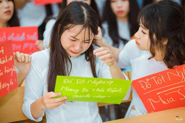 Bức ảnh chụp cô bạn viết những ước mơ của mình trong ngày chụp kỷ yếu gây xúc động những ngày gần đây. Ảnh: Hoàng Đạt