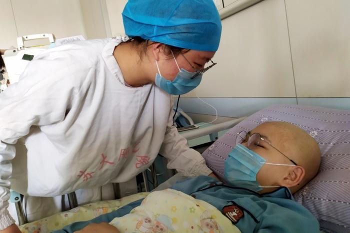 Li Zi tới bên giường bệnh thăm em trai.