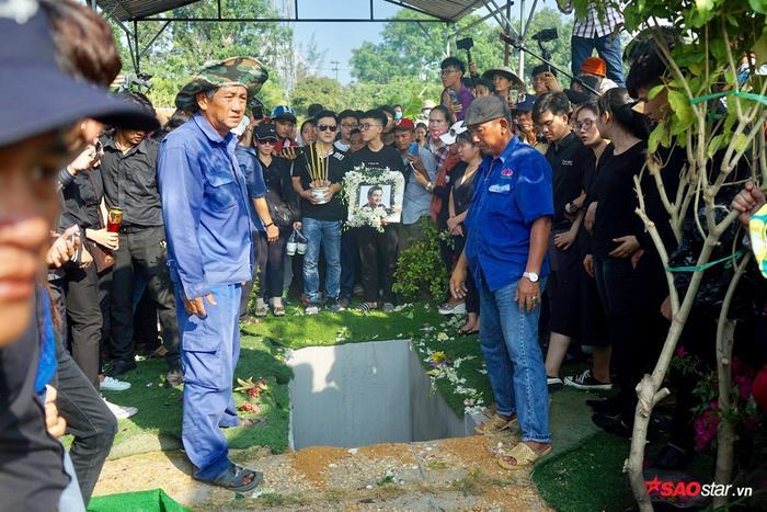 Bố Anh Vũ suy sụp, Minh Nhí uất nghẹn trong lễ an táng: Vĩnh biệt người nghệ sĩ tài năng!